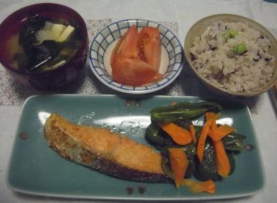R0016285_0504夜-鮭焼き、ピーマン添え、豆腐とわかめの味噌汁、トマト、枝豆ご飯_400.jpg