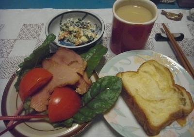 R0016303_0506夜-デニッシュブレッド、焼き豚、トマト、スイスチャードの葉、白和え、ミルクティー_400.jpg