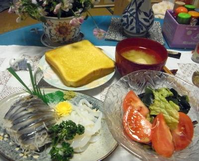 R0016322_0510夜-しめ鯖、イカそうめん、サラダ、トースト、みそ汁_400.jpg