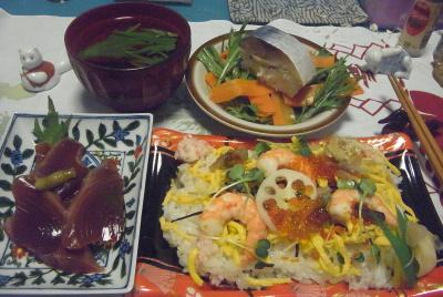 R0016361_0519夜-ちらし寿司、カツオ刺身、鯖寿司、水菜サラダ、お吸い物_400.jpg