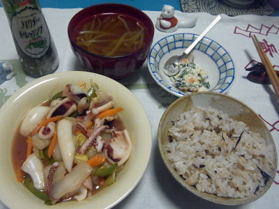 R0016398_0527深夜-イカの炒め物、雑穀ご飯、白和え、モヤシスープ_400.jpg