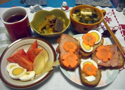 R0016430_0606夜-鎌倉キャラウエイチーズパンのポークサンド、トマトサラダ、酢漬け生姜、煮物、みそ汁_400.jpg