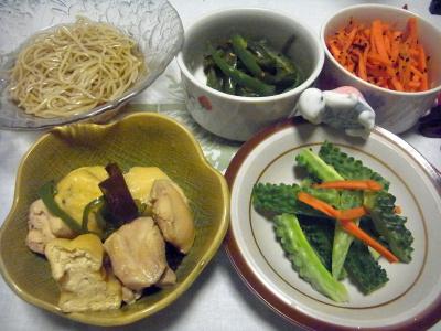 R0016626_0717夜-鶏とがんもどきの煮物、ゴーヤスティック、炒り人参、ピーマン炒め、蕎麦_400.jpg