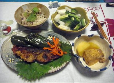 R0016631_0718夜-天然鰤の照り焼き、ジャガイモ煮、ゴーヤと大根サラダ、シソご飯_400.jpg