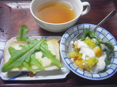 R0016651_0722昼-ガーデンレタスのっけチーズトースト、ゴーヤとシソのヨーグルト和え、スープ_400.jpg