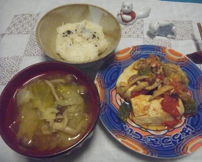 R0016680_0726深夜-チキンソテー夏野菜添え、キャベツスープ、白ご飯に胡麻_400.jpg