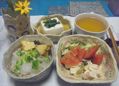 R0016854_0827夜-自作器で、おろし蕎麦、チキンサラダ、冷ややっこ、スープ、花瓶に花_400.jpg