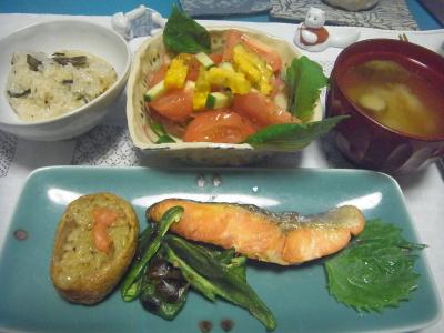 R0016879_00831深夜-鮭焼き、お稲荷、山菜おこわ、ゴーヤとトマトサラダ、みそ汁_400.jpg