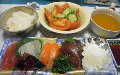 R0016973_0921夜-刺身、トマトサラダ、スープ、ご飯_400.jpg