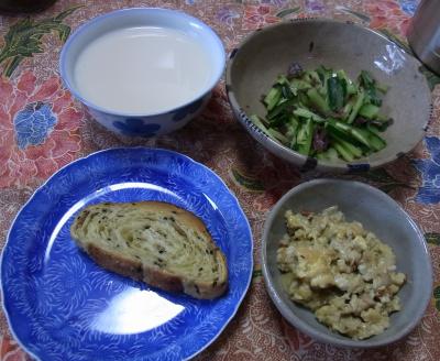R0031199_0930朝-パン、炒り卵、キュウリサラダ、ミルクスープ_400.jpg