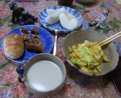 R0031205_1001朝-キャベツ卵とじ、パン、ミルクスープ、梨_400.jpg