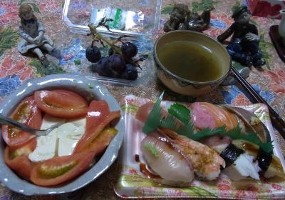 R0031221_1003夜-お寿司、トマト冷ややっこ、とろろ昆布のお吸い物、巨峰_400.jpg