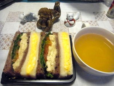 R0017023_1004夜-チキンミックスサラダ、スープ、陶器の女の子_400.jpg