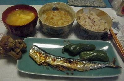 R0017039_1008夜-サンマ焼き、おろし納豆、雑穀ご飯、みそ汁_400.jpg