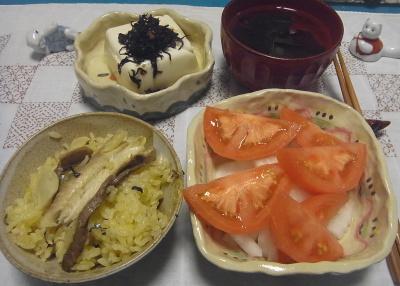 R0017051_1011夜-サンマご飯、トマトサラダ、冷ややっこ、わかめスープ_400.jpg
