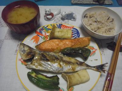 R0017058_1013夜-鯵と鮭焼き、ピーマンとエリンギ焼き、みそ汁、雑穀ご飯_400.jpg