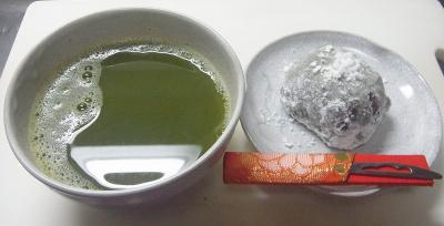 R0017090_1015おやつ-豆大福、粉茶_400.jpg