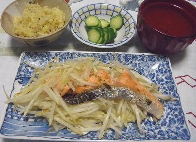 R0017126_1022深夜-鮭とモヤシ炒め、雑穀ご飯、キュウリ、スープ_400.jpg