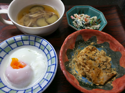 DSC_1077_1205昼-きな粉ゴマ餅、温泉卵、白和え、ナスみそ汁_400.jpg