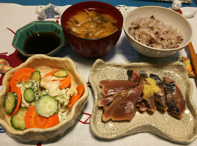 DSC_1478_0126夜-カツオのたたき、人参サラダ、小豆ご飯、しめじの味噌汁_400.jpg
