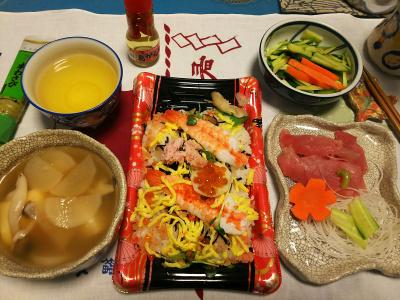 DSC_1571_0209夜-海鮮ちらし、生ビンチョウマグロ、豆腐と大根スープ、キュウリサラダ_400.jpg
