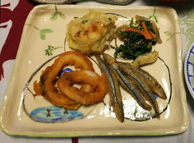 DSC_1624_0218夜-新しい皿に きびなごとイカから揚げ、ほうれん草胡麻和え、しんじょ_400.jpg