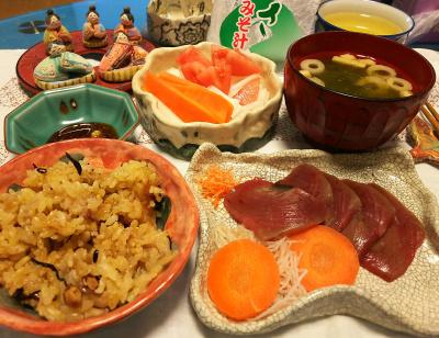 DSC_1707_0302夜-生鰹さしみ、あおさみそ汁、トマトと人参と大根サラダ、牡蠣ご飯、ひな人形_400.jpg