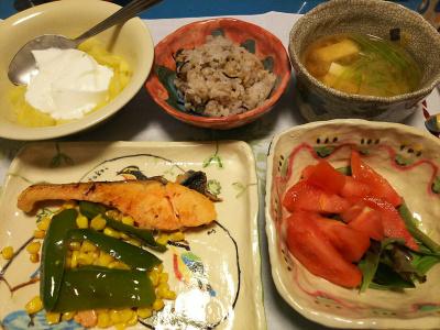 DSC_1766_0313深夜-鮭焼き、トマトサラダ、三つ葉みそ汁、牡蠣ご飯、リンゴヨーグルト_400.jpg