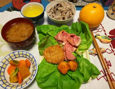 DSC_1865_0320夜-サラダ菜にローストビーフ、胡麻チキン、みそだれイカ、茹でやさい、炊きたて小豆ご、モヤシみそ汁、ハッサク_400.jpg