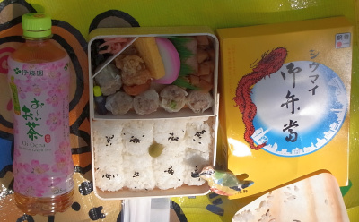 R0034576_0328昼お花見崎陽軒シュウマイ弁当と桜模様のお茶_400.jpg