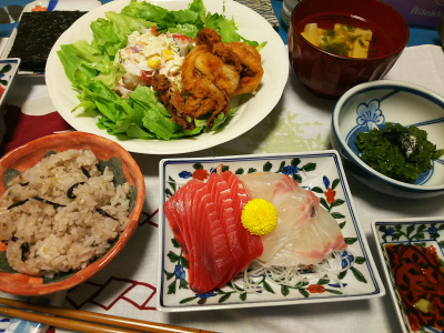 DSC_2327_0505夜-マグロと真鯛刺身、イカフライ、レタスサラダ、あおさと豆腐のお吸い物、めかぶ、雑穀ご飯_400.jpg