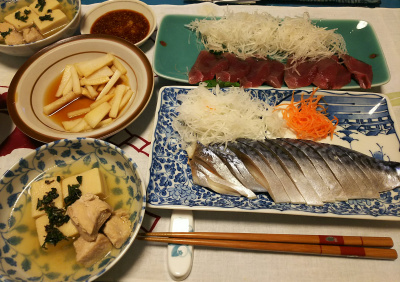 DSC_2589_0516夜-しめ鯖、カツオお造り、鶏と高野豆腐の煮物、大根しょうゆ漬け、レーズンパン_400.jpg