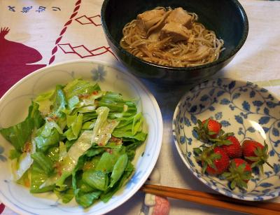 DSC_2599_0518昼-鶏蕎麦、レタスサラダ、摘みたてイチゴ_400.jpg