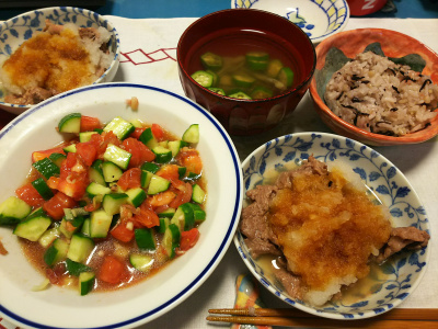 DSC_2635_0519夜-おろし牛肉焼き、キュウリとトマトのサラダ、オクラとマイタケの昆布茶お吸い物、ゆかり雑穀ご飯_400.jpg