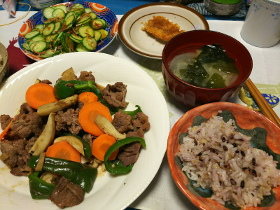 DSC_2639_0520夜-牛肉とエリンギ炒め、キュウリとミョウガサラダ、アジフライ、わかめと大根みそ汁、雑穀ご飯_400.jpg
