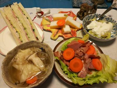 DSC_2658_0523夜-海老ワンタン野菜スープ、焼き豚サラダ、くろべかまぼこ、ハムサンド、キーウィヨーグルト_400.jpg
