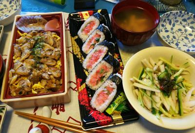 DSC_2689_0527昼-マグロ海苔巻き寿司、あさりご飯弁当、キュウリと大根梅和え、スープ_400.jpg