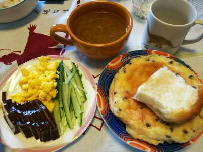 DSC_2696_0529昼-くろべ昆布かまぼこ、キュウリと炒り卵、チョコチップメロンパン、カレースープ_400.jpg