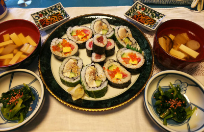 DSC_2760_0606昼-海鮮巻きずし、鯖寿司、鉄火巻き、ほうれん草のおひたし、椎茸のお吸い物_400.jpg