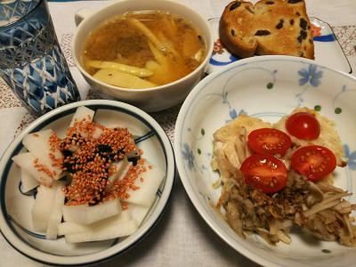 DSC_2776_0608夜-チキンソテー舞茸添え、姫筍と鯖缶みそ汁、大根に海苔佃煮と梅胡麻、レーズンパン、切子のグラスに水_400.jpg