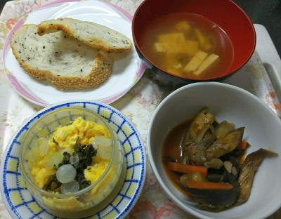 DSC_2836_0615昼-スクランブルエッグ、オクララタトゥイユ、スープ、胡麻パン_400.jpg