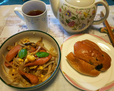 DSC_2843_0616昼-レーズンパン、ソーセージ炒め、紅茶_400.jpg