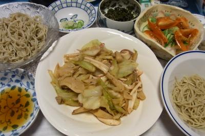 R0036561_0617夜-流水麺蕎麦、イカとキャベツの炒め物、トマトサラダ、ミョウガ茎、茶葉佃煮_400.jpg
