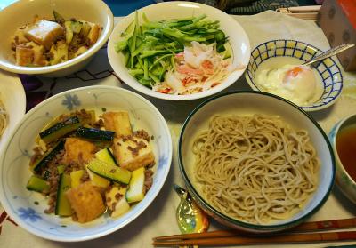 DSC_3093_0701昼-ズッキーニと厚揚げそぼろ炒め、蟹サラダ、温泉卵、流水麺蕎麦_400.jpg