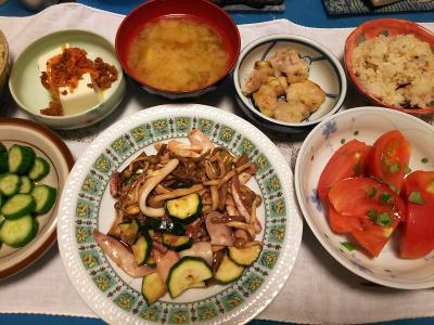 DSC_3238_0715夜-イカとズッキーニの炒め物、ナムル冷ややっこ、トマト、焼き鳥、縄文ご飯、味噌汁、きゅうりの漬物にふりかけ酢_400.jpg