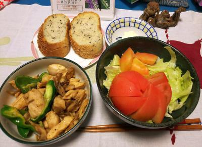 DSC_3483_0809夜-チキンとピーマン炒め、トマトサラダ、胡麻パン_400.jpg
