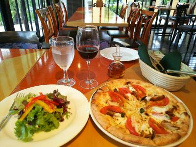 DSC_3695_0829昼・外食-サラダ、赤ワイン、ピザとアジオ店内_400.jpg