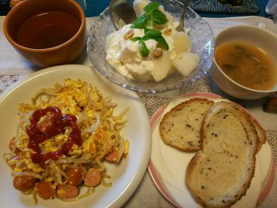 DSC_3742_0903昼-モヤシとソーセージの卵炒め、梨ヨーグルトサラダ、味噌汁、胡麻パン_400.jpg