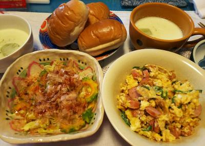 DSC_3774_0906昼-ゴーヤサラダ、ソーセージ卵とじ、枝豆冷やしスープ、ロールパン_400.jpg