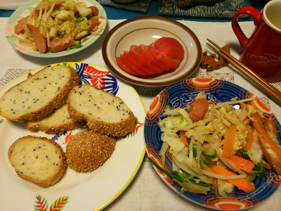 DSC_3923_0915昼-ソーセージ野菜炒め、トマト、胡麻パン_400.jpg